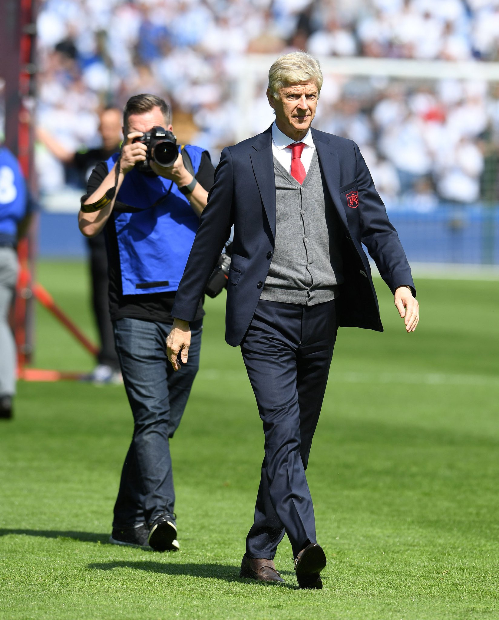 My last 22 years in one picture. I doubt I've photographed any person more than Arsene Wenger, its been an absolute pleasure. Thank you Boss #afc #arsenal #MerciArsene https://t.co/EkmQv0mRal