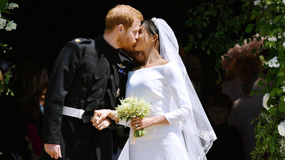 The first kiss! https://t.co/Oqw4xZ724f #RoyalWedding https://t.co/6VqRkZLit9