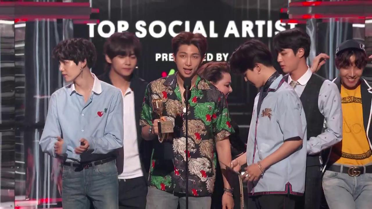 The award for Top Social Artist presented by @23andMe goes to... @BTS_twt! #BBMAs https://t.co/jzE1hvQkno
