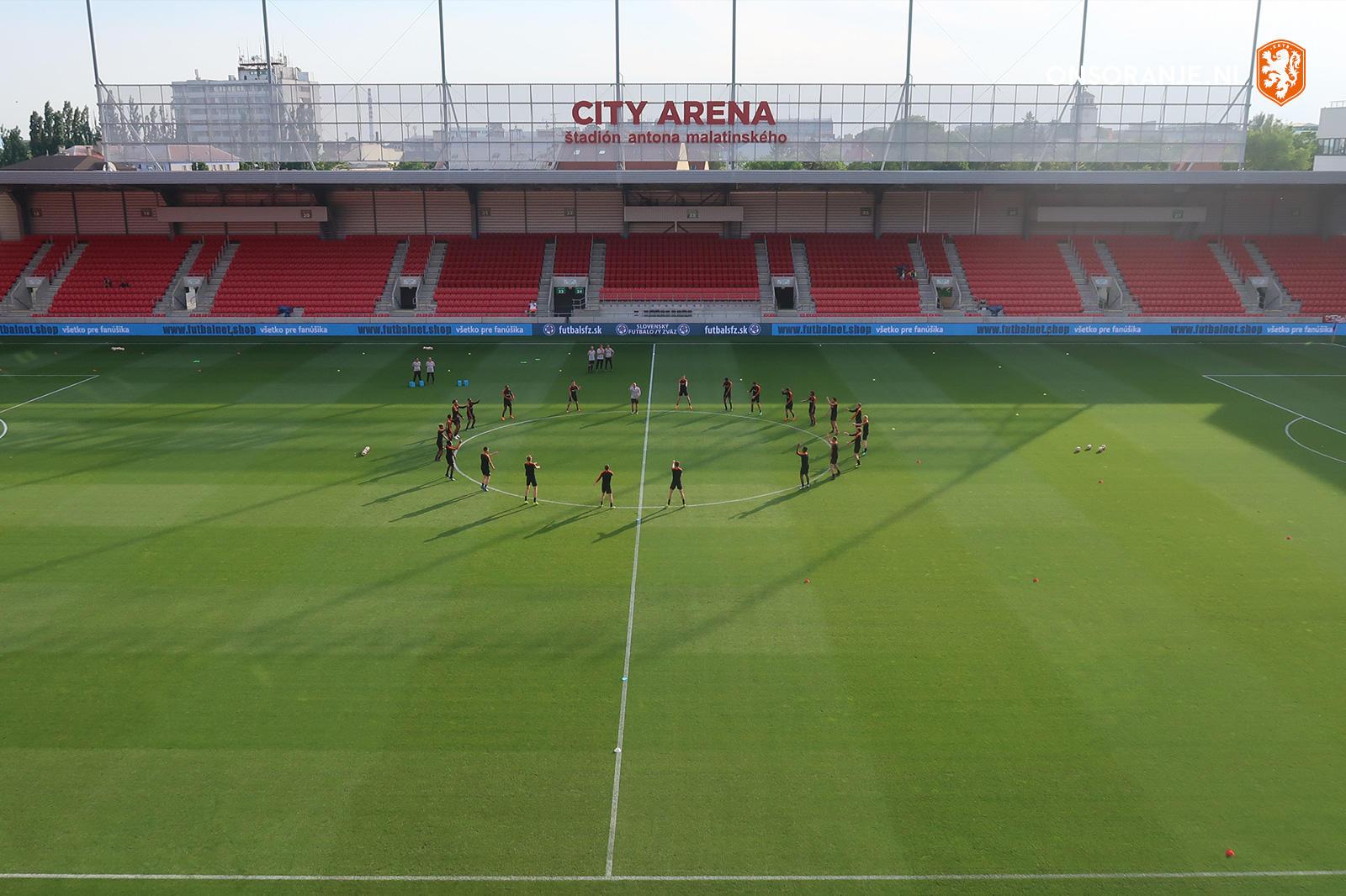 🕒 | Nog 3️⃣ uur tot de aftrap. #SLWNED  Het Štadión Antona Malatinského heeft plek voor 19.200 toeschouwers. Er zullen vanavond 150 Oranje-supporters aanwezig zijn 👏 https://t.co/LkAqWAkCfM