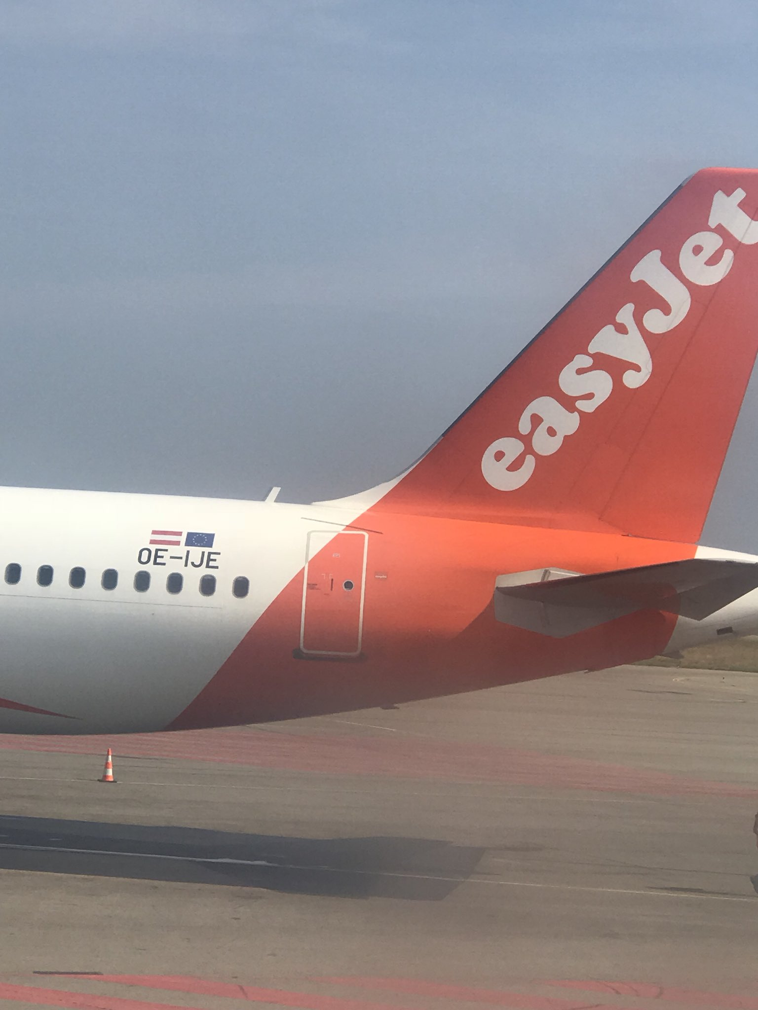 One thing I don't think a lot of British people realise is that all the 🇬🇧 Union Flags have been taken off every single EasyJet plane and replaced with a 🇦🇹.  EasyJet has re-registered as an Austrian business, to avoid leaving the EU.  What will the UK be left with? https://t.co/HntWCLstBH