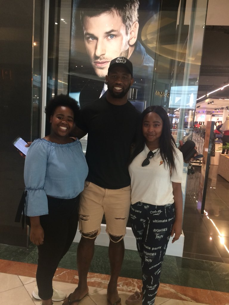 RT @keituM_1: Just bumped into Siya Kolisi in canal walk 😃😀 https://t.co/Kq6p6uYyE1