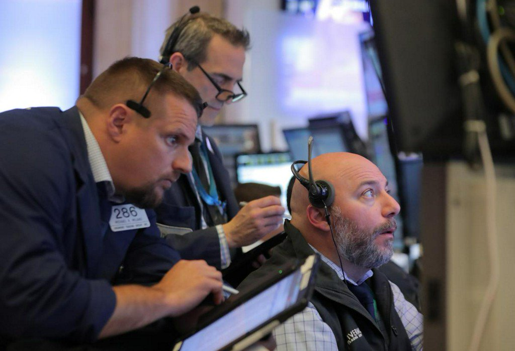 S&P 500 edges lower on chip weakness, oil boosts energy stocks