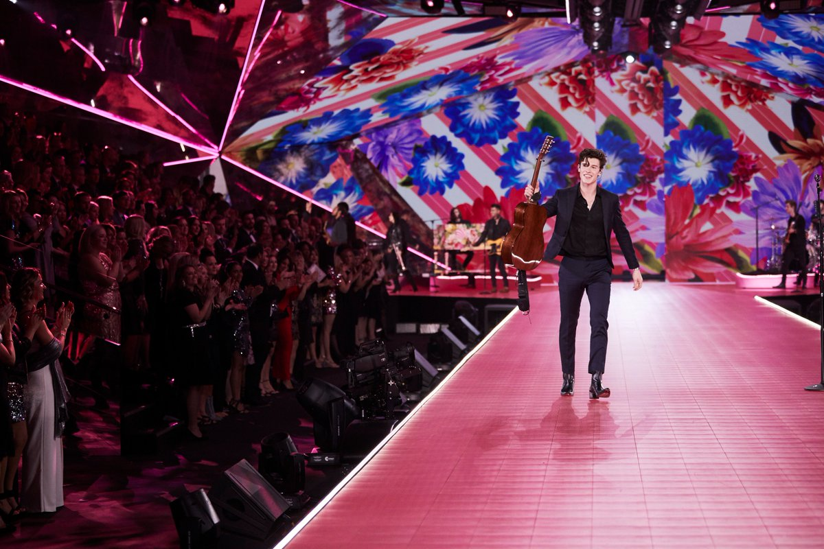 When @ShawnMendes sings his way right into your ❤️ #VSFashionShow https://t.co/8WJwwTUwpH
