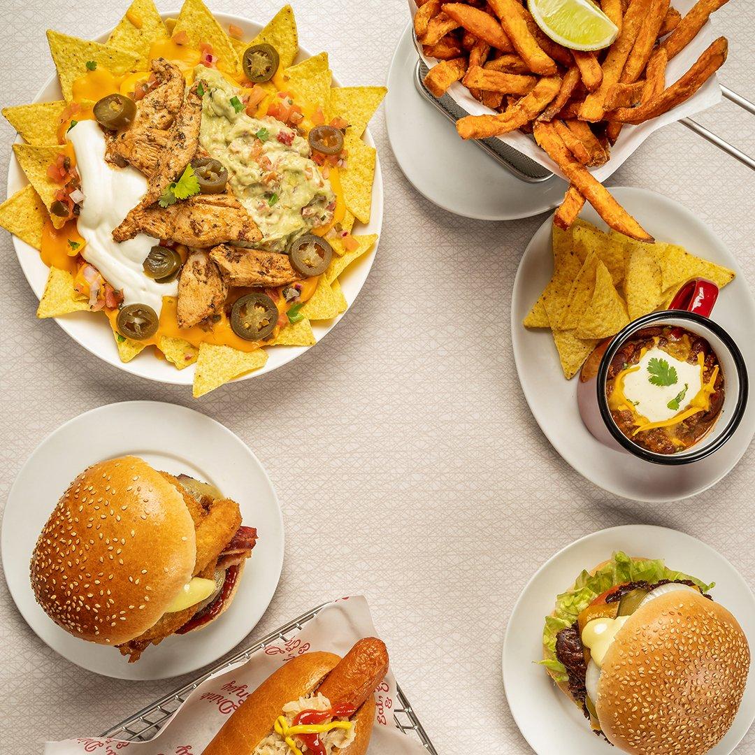 Friday goals and just what you need after a tough week! #friyay #eddierockets #hamburger #nachos https://t.co/JNDyTsvMlg