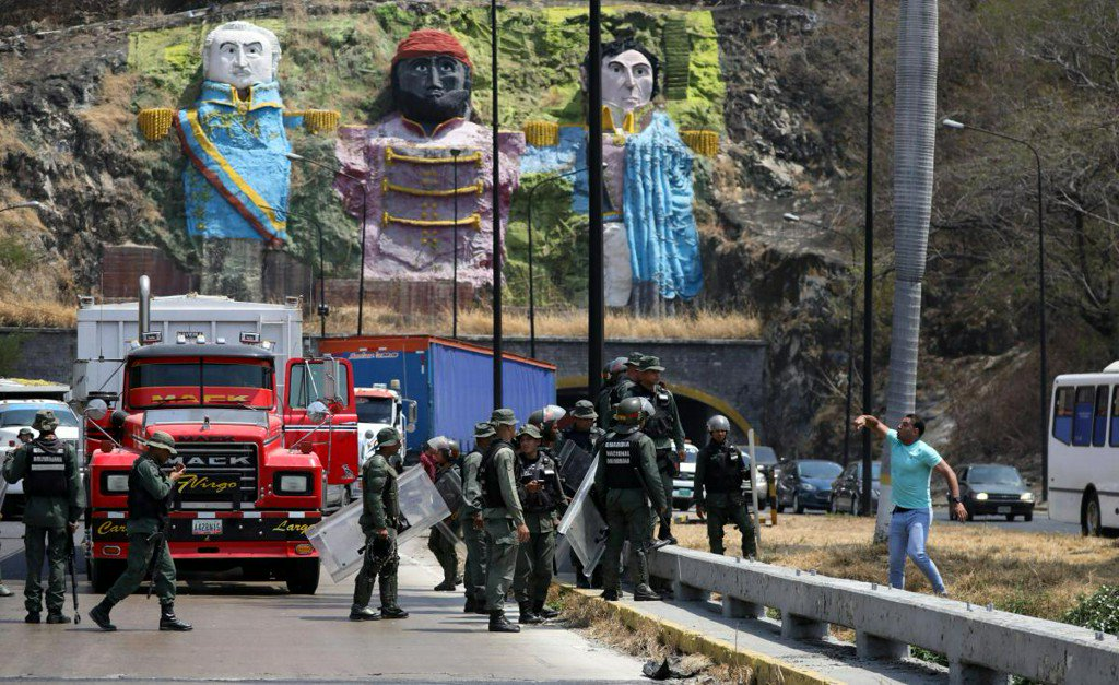 Maduro threatens to close Colombia border as opposition travels to receive aid