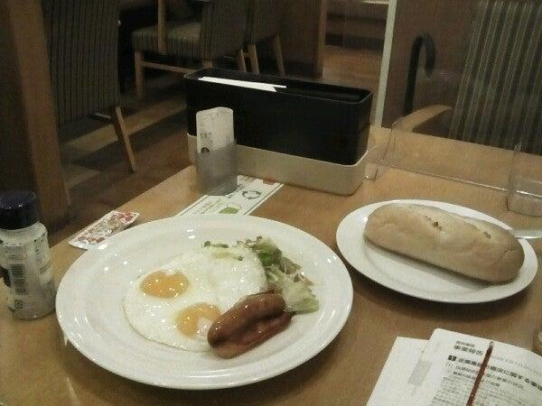 test ツイッターメディア - 目玉焼きベーコンソーセージセット、主食にソフトフランスパン。今日は1日雨っぽいですなぁ。 (@ ガスト - @gusto_official in Yokohama, Kanagawa-ken) https://t.co/dW9oIaKFah https://t.co/Njutu7uVr7