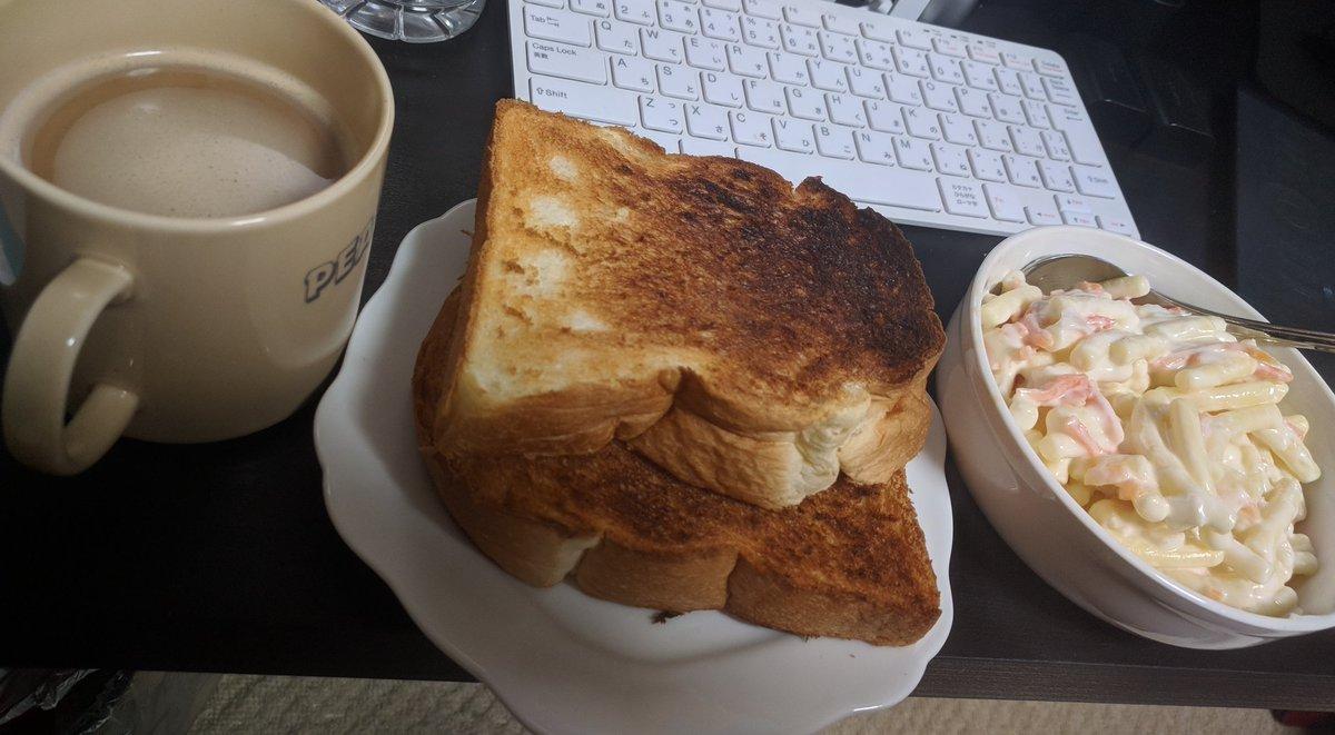 test ツイッターメディア - 昨日のミーティングでお出ししたマカロニサラダの残りを食パンに挟んで食べる、お昼ごはんです。  お昼終わったら、明日の撮影に使う椅子を探す旅に出ます。 https://t.co/FrV3HQlQvn