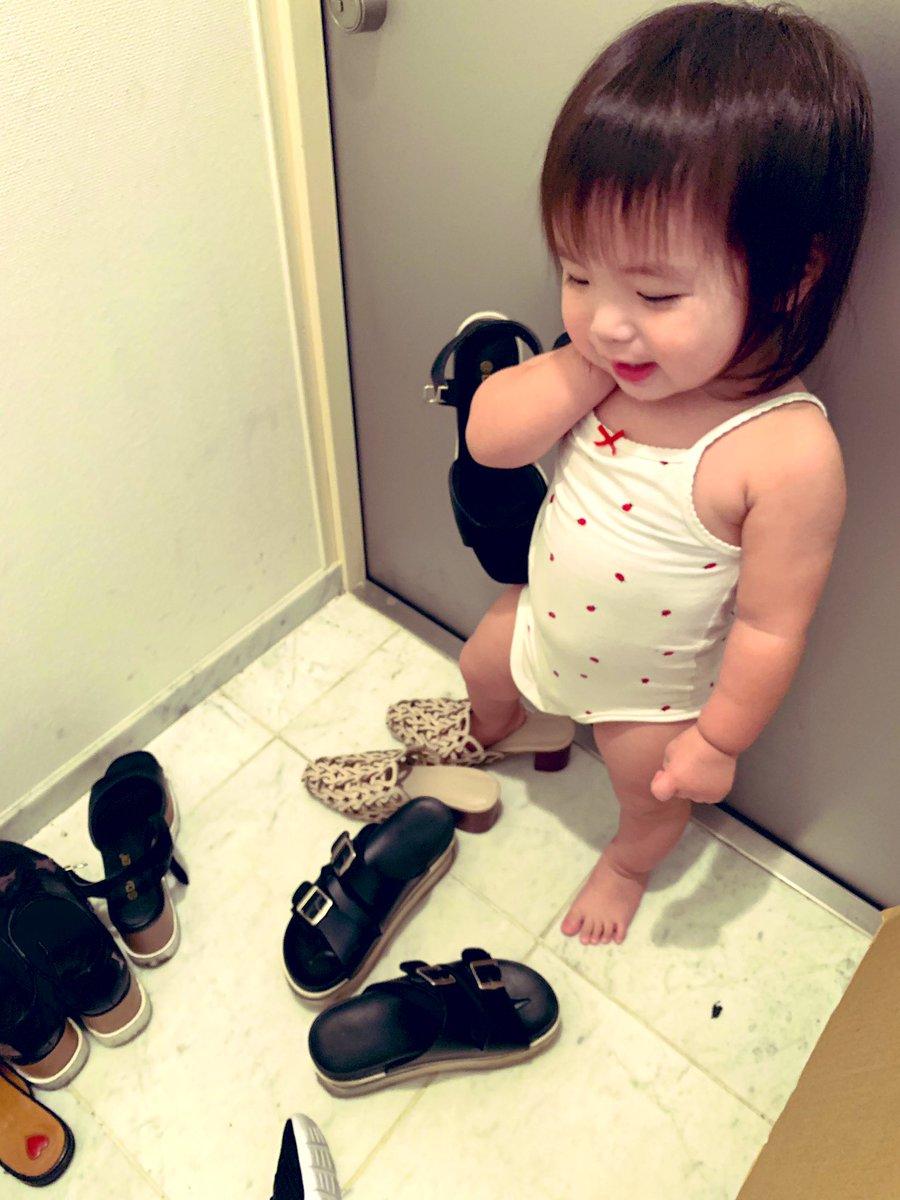 最近玄関で自分じゃなくて私の靴を引っ張り出して、履いてる娘です👟 女の子だなあ👧🏻🧡  おでかけしたいアピール。です。笑