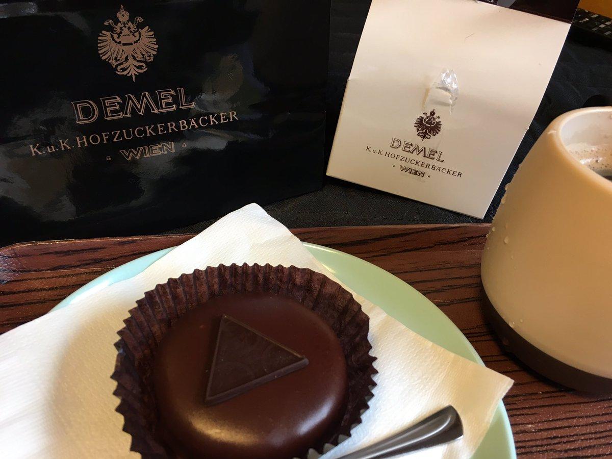 test ツイッターメディア - デメルのザッハトルテ。チョコレートケーキの王様と呼ばれた定番。発祥はウィーンのホテルザッハ。デメルは本番ウィーンのショコラティエ。しっとりしてて濃厚。濃いめのコーヒーも良いけれど、実は紅茶も結構合う。😋 https://t.co/d4C0y5Oins