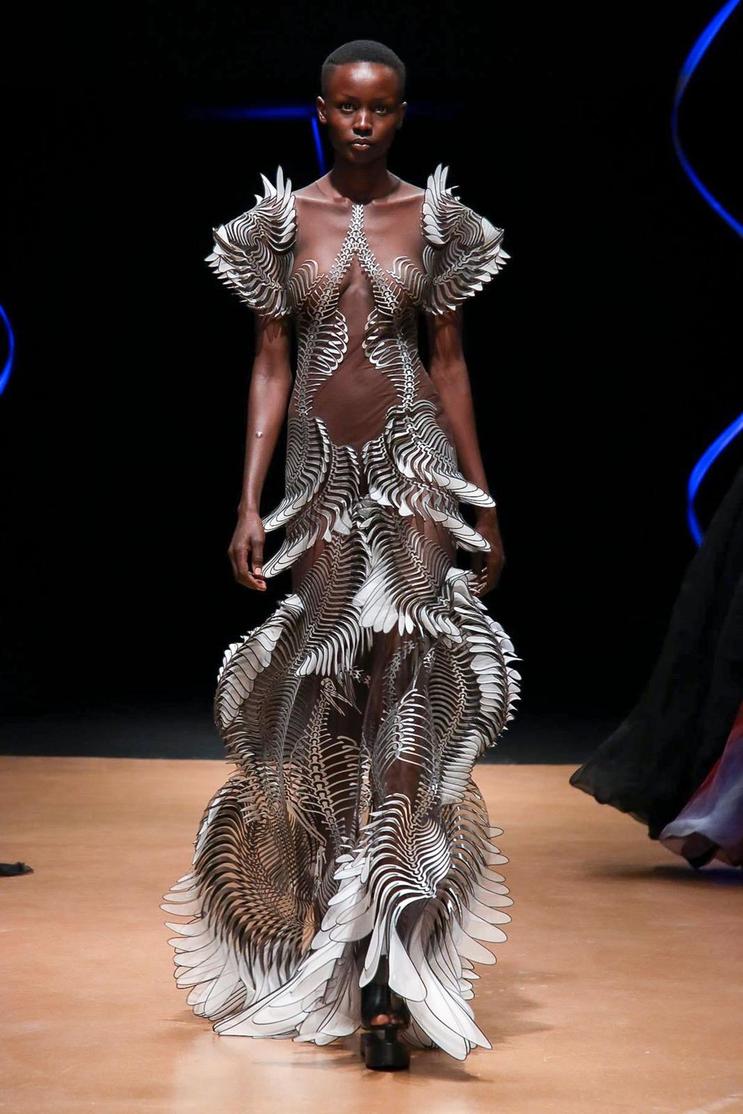 Irisvanherpen 's captivating wearable designs at the Paris Fashion Week.  #irisvanherpen #parisfashionweek #paris #france #fashion #fashiondesign #fashiondesigner #fashionshow #wearables #wearableart #wearable #3dprint #3dprinting #3dprinted #artist #designer https://t.co/6GIyRpHqzw