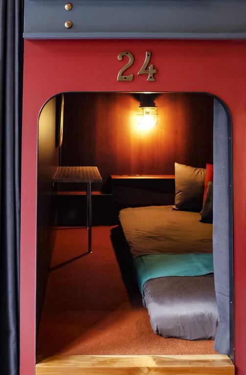 何度か頂いていた「横浜にライブ遠征するんですけど一人でも安いホテルありませんか?」という質問。  それならHARE-TABIがおすすめ。寝台列車をイメージしたホステルで、クーポン付きのパスポートが貰えたり細部まで可愛い⚓︎ 一人でも4000円で泊まれるし、中華街にあるから夜遊びもできる〜🏮