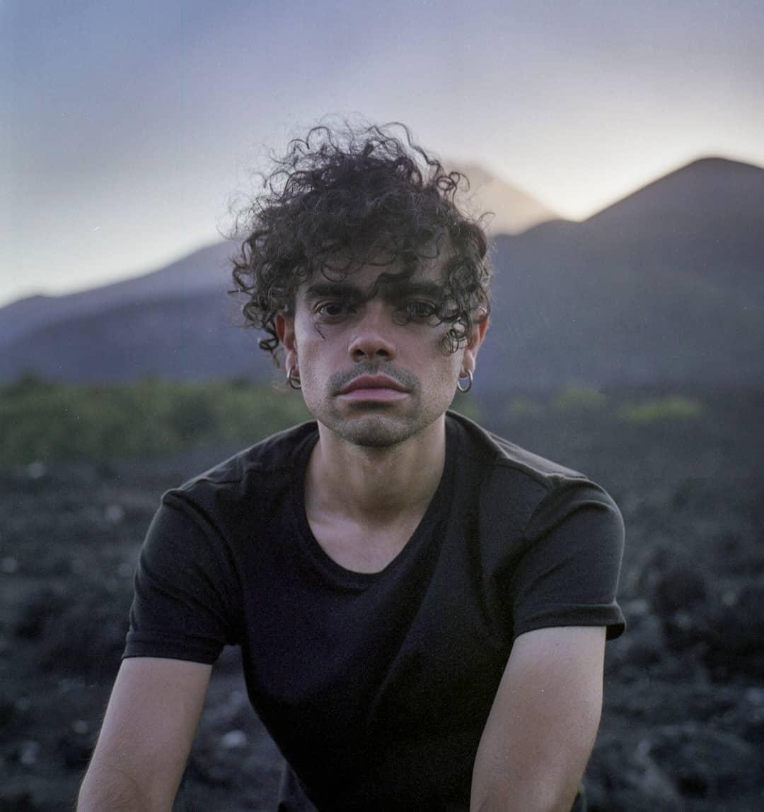 """test Twitter Media - El cantautor chileno André Ubilla acaba de lanzar """"Resistiendo"""" 🎶💪, un nuevo sencillo que adelanta su próximodiscoinspirado en el despertar social chileno 💿🇨🇱. Conócelo en musicachilenaCL -> https://t.co/XlHhIuptSf https://t.co/PLfdwEheW8"""