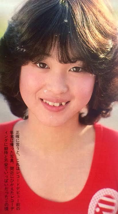 test ツイッターメディア - 本日4/1、松田聖子(歌手)デビュー40周年! 高校入学以降、様々なオーディションに応募。事務所のスカウトを受けるも親は大反対。 79年、親の認めを受け自ら高校を退学し上京。同年12月、ドラマに出演。その時の役名「松田聖子」がそのまま芸名に。 デビュー日の朝「ズームイン!朝」に生出演。 https://t.co/0vfGJMSQac
