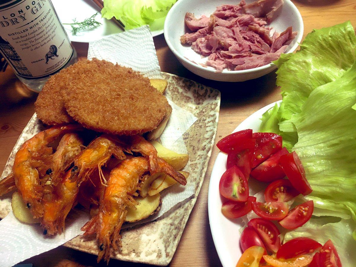 test ツイッターメディア - パンにターキーレッグとレタスを挟んだりソフトシェルシュリンプとポテトを食べながらジンを飲んだりするジャンキーな夕飯。 https://t.co/cUriZHOaB3