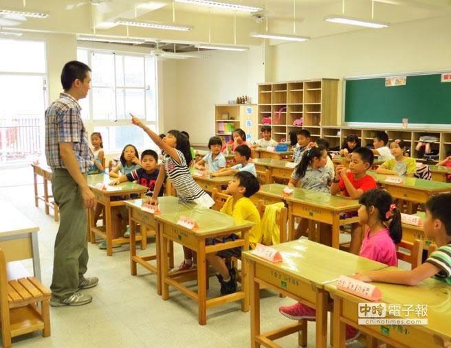 ขณะที่ไทยมีปัญหาครูขาดแคลน ที่ไต้หวันก็มีครูเกินความต้องการ เพราะเป็นอาชีพที่มั่นคงและเงินดี ถ้าทำงานกับโรงเรียนรัฐก็การันตีโปรแกรมเกษียณที่อยู่ได้สบายๆ ด้วย   คุยกับคนรู้จักที่เป็นครูโรงเรียนอนุบาลของรัฐ เงินเดือนประมาณ 60K