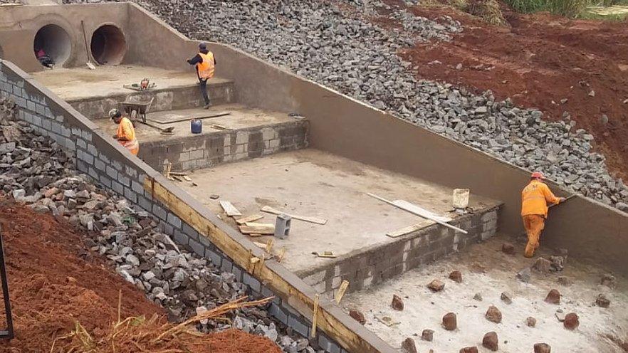 #DNITemAÇÃO: o DNIT executa correção dos dispositivos de drenagem em bueiro triplo e a contenção da erosão na BR-376/MS, cidade de Ivinhema, em Mato Grosso do Sul.