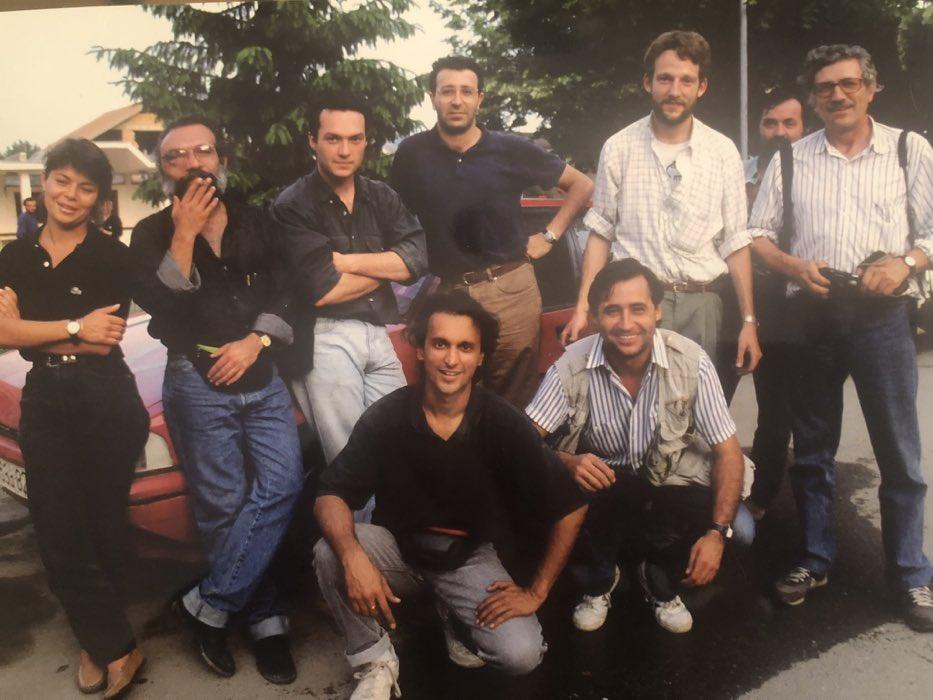 """Gracias querido @gervasanchez por esta foto del grupo de periodistas que íbamos a ser fusilados en Sarajevo. Cuando Hugo Sánchez nos abrió el espacio para negociar fuimos llevados a una casa mientras deliberaban si nos mataban o no. """"Nema problema"""" nos dijeron 24hrs después."""