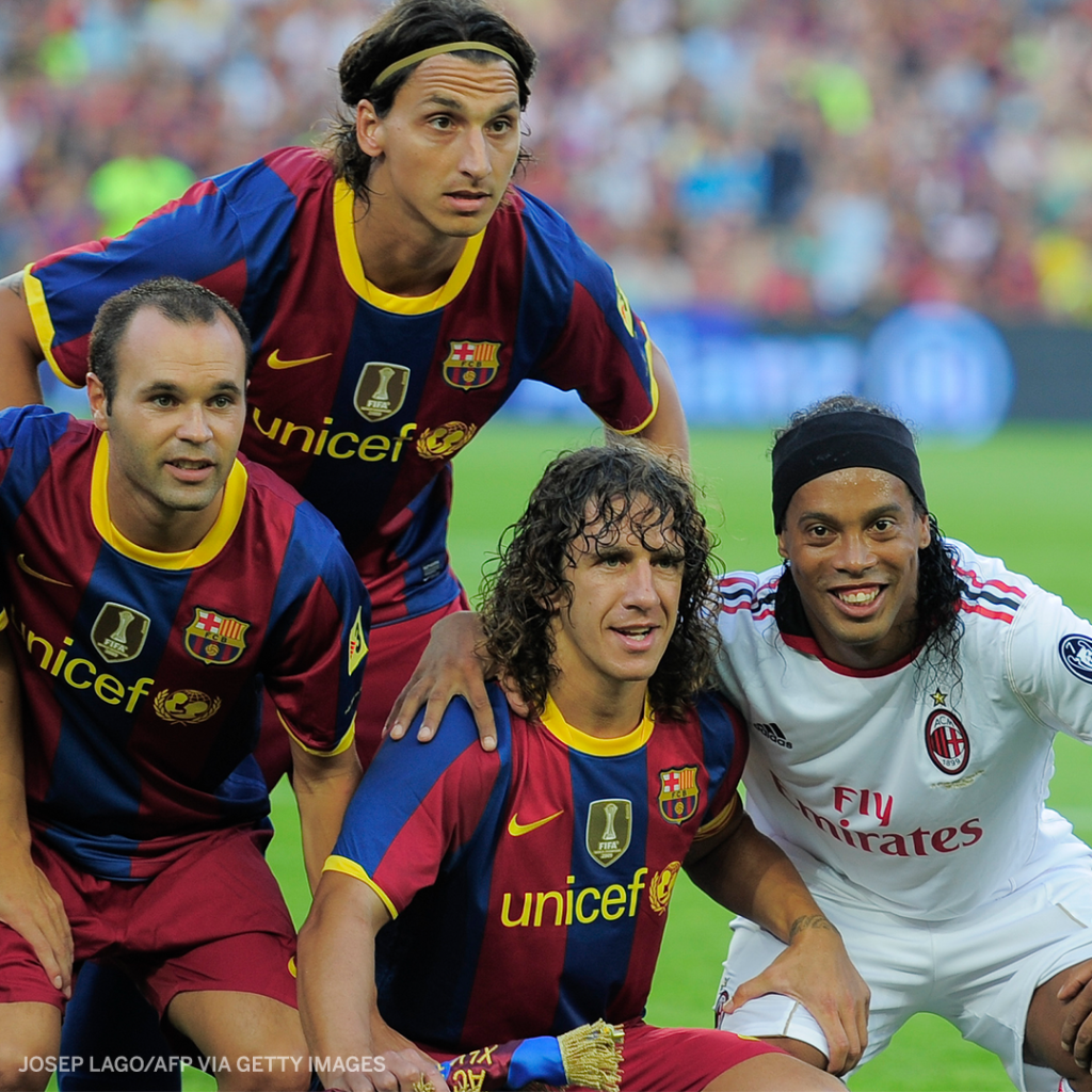 When Puyol invited Ronaldinho into the team photo after his return to the Camp Nou 😍  Legends 🙌