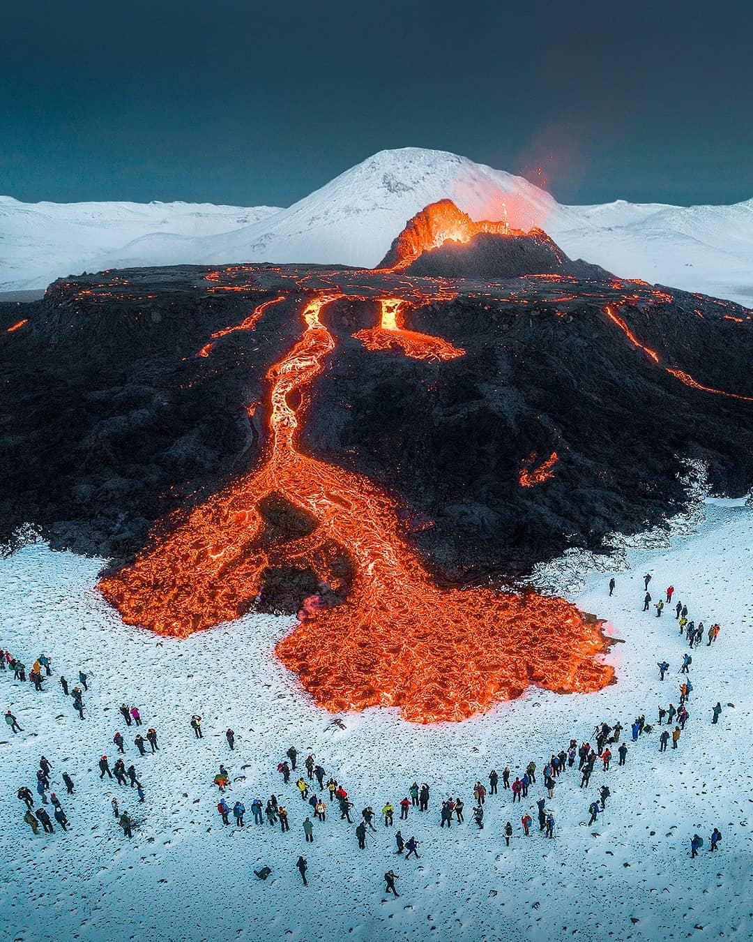 Dans le pays nordique, l'éruption du volcan Fagradalsfjall attire des milliers de touristes depuis le 19 mars déjà. Les dernières images de la lave dans la neige rendent la coulée d'autant plus féérique. https://t.co/9hmB8l6I88