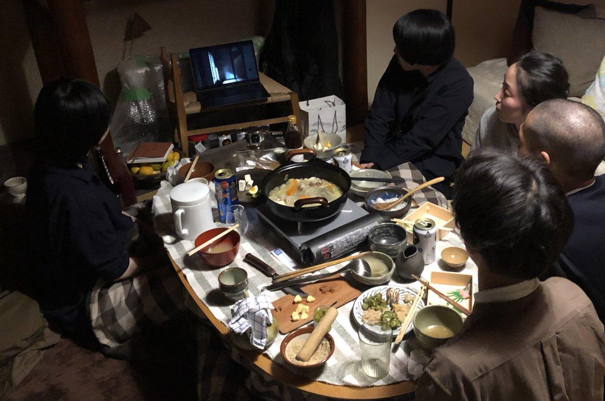 test ツイッターメディア - 北山の食を1日フィールドワークした夜、こたつ囲んで美酒鍋(水の代わりに日本酒で鍋をする広島の郷土料理)。 油長酒造の風の森を燗で飲むの、初めて飲んだけど最高。能登の輪島の朝市でゲットしたフグの卵巣糠漬けや、北山のおじいちゃんの古漬けをつまみに、各々が制作した短編映画を観せ合う夜。 https://t.co/ShIrOTvC8z