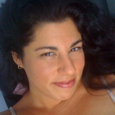 Lindsay Arakelian | Social Profile